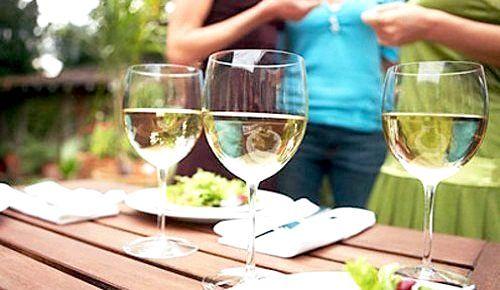 Келихи білого вина