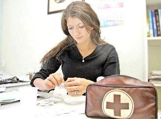 Дівчина з набором першої допомоги