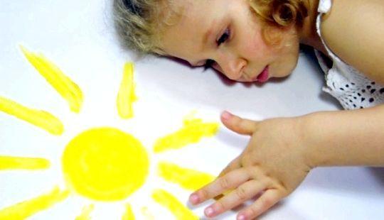 Дівчинка з алергією на сонце