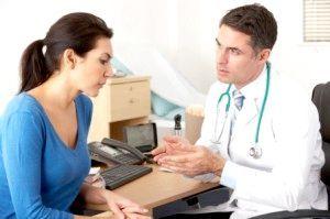 лікар розмовляє з пацієнткою