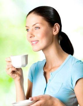 Дівчина п'є чай з медом